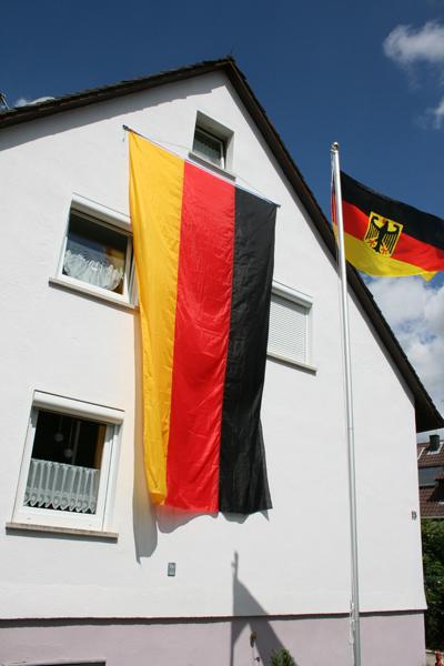 Unser Haus mit Deutschland-Fahne